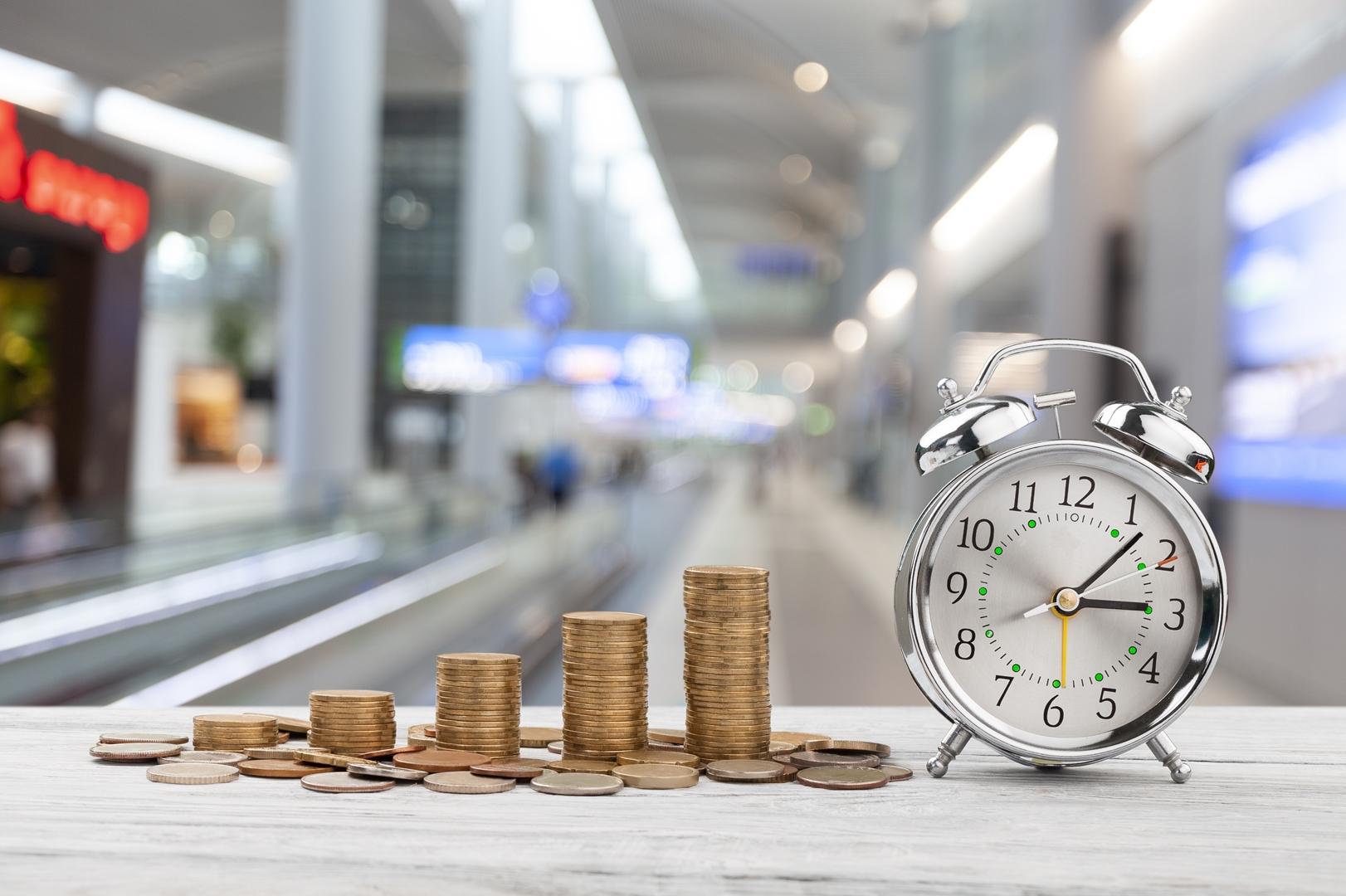 Das Bild zeigt eine Alarmglocke mit Geld. Es geht um die Zinsbindung. Der Sollzins ist ein bestehender Teil von nahezu jedem Darlehen.